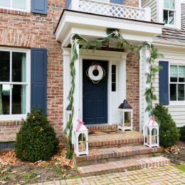 coastal haven design | coastalhavendesign.com | front entrance holiday decor
